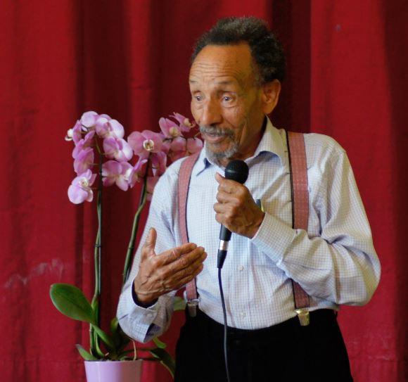 Pierre Rabhi devant les élèves de l'école Perceval à Chatou